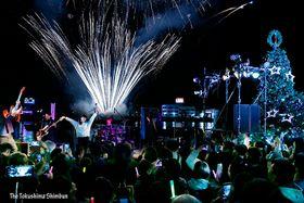 POLUが奏でる音楽に合わせて打ち上がる花火=徳島市の万代中央埠頭