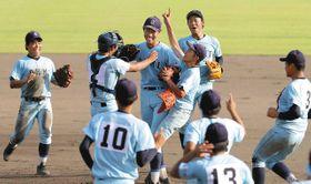優勝を決め、歓喜する近江ナイン=皇子山球場で