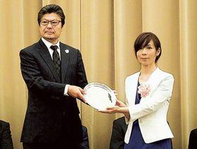 表彰を受ける笠井千晶さん(右)=26日午後、都内