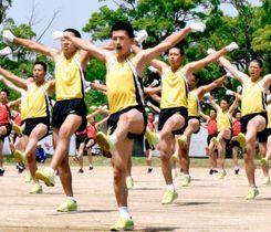陸上自衛隊松山駐屯地の創立63周年記念行事で「自衛隊体操」を披露する若手隊員