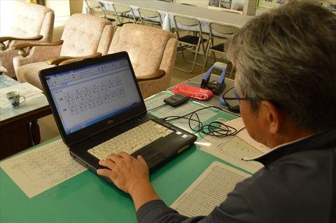 パソコン画面に表示される「出勤」「退勤」のボタンをクリックすると、その時刻が表示保存される=5日午後、佐野市植野小