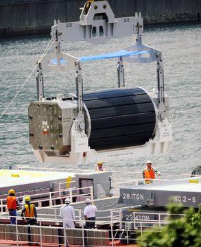 関西電力高浜原発でのプルサーマル用に陸揚げされるMOX燃料=2010年6月、福井県高浜町