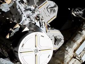 国際宇宙ステーションで船外活動をする2人の女性飛行士(左上)(NASAテレビから)