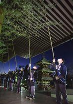 成田山新勝寺で行われた年末恒例の「すす払い」=13日早朝、千葉県成田市