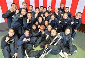 能代工高2年生部員に囲まれ、ボールを持って写真に納まる高尾さん(中央)
