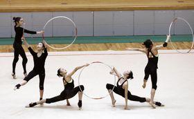 練習を一般公開し、演技を披露する新体操団体の日本代表=福岡県宗像市