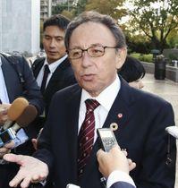 米連邦議会議員らとの会談を終え、記者団の取材に応じる沖縄県の玉城デニー知事=16日、ワシントン(共同)