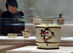 民芸運動期の代表作の一つで戦前の作品「白地草花絵扁壺」など、時代ごとに作風が大幅に変わった=兵庫陶芸美術館
