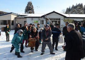 家内安全などを願った東通村上田代地区の「じぇんこまき」