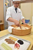 「ご飯は炊きたてでないと酢とのなじみが悪い」と話す小谷真人さん (高知市南久万のRKC調理製菓専門学校)