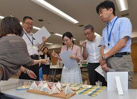 モニターとして商品を試食する県職員たち