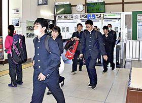 始発から原ノ町―仙台駅間で運転が再開され、通学者らで混雑する改札=15日午前7時55分ごろ、JR原ノ町駅