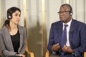 9日、ノルウェー・オスロで記者会見するコンゴ人医師デニ・ムクウェゲ氏(右)とイラク人女性ナディア・ムラド氏(共同)