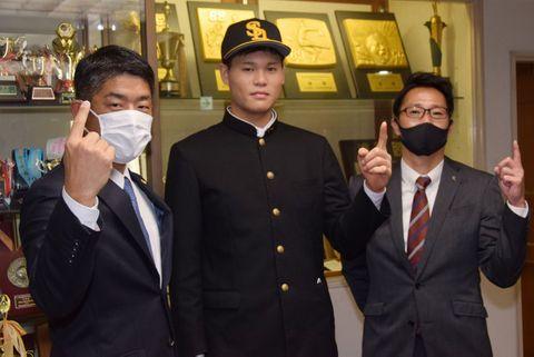 ソフトバンクのスカウトらとスローガンの「ワンダホー!」のポーズをする横浜商高の笹川(中央)=横浜商高