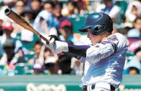 金足農-横浜 3回裏金足農2死三塁、吉田が中越えに2点本塁打を放ち、2-2の同点とする(川村公俊撮影)