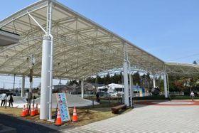 公園全体を覆うように大型の屋根が設置された「ニコニコパーク」=境町上小橋