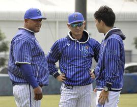 秋季練習でコーチらと話し込むDeNAのラミレス監督(左)=神奈川県横須賀市