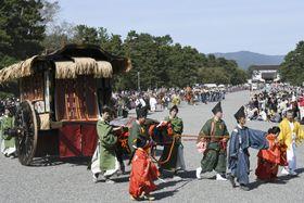 京都御苑を出発する時代祭の行列=22日午後、京都市