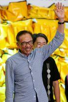 13日、当選を喜ぶアンワル元副首相=マレーシア・ポートディクソン(ロイター=共同)