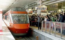 新宿駅を出発する小田急電鉄特急ロマンスカーの新型車両「70000形」=17日午前
