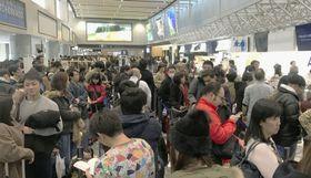 大雪の影響で混雑する航空会社のカウンター=6日午前、新千歳空港