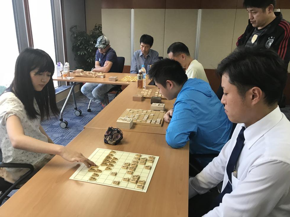 指導対局する香川女流三段(左)