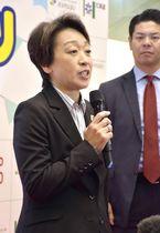東京五輪のマラソンと競歩の札幌開催案について、取材に応じる橋本五輪相=19日午後、札幌市