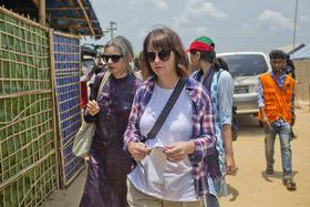 29日、バングラデシュ南東部コックスバザール近郊に逃れたロヒンギャの難民キャンプを訪れた、国連安全保障理事会の視察団(AP=共同)