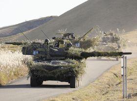 離島防衛訓練で、周囲を警戒しながら走行する機動戦闘車の車列=15日午後、大分県の十文字原演習場