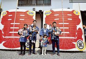 初だこの糸目付けを終え、妻や子どもたちと笑顔を見せる高山さん兄弟=浜松市中区