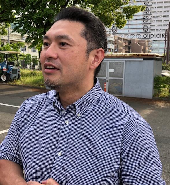 日大との試合後、インタビューを受ける関大の松浦雅彦監督=富士通スタジアム川崎