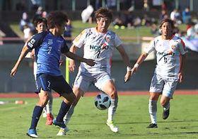 富山―AC長野 前半、ボールを奪いにいくAC長野・松原(中央)