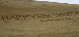 鳥取砂丘で見つかった落書き=10日午後3時半ごろ、鳥取市(鳥取県提供)
