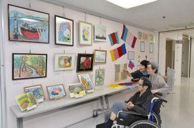 介護施設で暮らすお年寄りの自由な創作を集めた合同作品展
