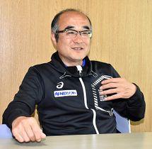 40年ぶりに地元に戻り、NDソフトアスリートクラブを率いる金田剛新監督=南陽市