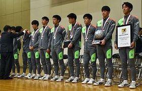 全国高校選手権で準優勝し、花田校長(左)からあらためてメダルを授与されるサッカー部の選手たち