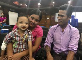 九州大病院が派遣した医療チームにより、ミャンマー初の小児生体肝移植手術を受けたニー・ニー・ミン・ウー君(左)と両親(九大病院・ジャパンハート提供)