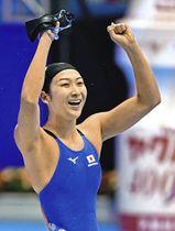 女子100メートルバタフライを日本新記録で優勝し、ガッツポーズする池江璃花子=東京辰巳国際水泳場で