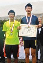男子ダブルスカルで準優勝した大台中の川竹選手(左)と宮本選手=岐阜県海津市の長良川国際レガッタコースで