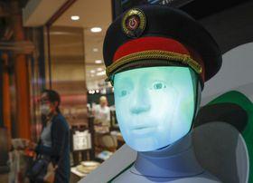 実証テストのため、JR東京駅で公開されたドイツ鉄道が開発した案内ロボット「SEMMI」=22日午前