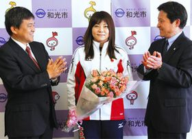 和光市の松本武洋市長(左)らから拍手で迎えられた女子エアピストルの小西ゆかりさん=和光市役所で