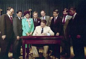 1988年8月10日、「市民の自由法」に署名するレーガン大統領。左から2人目がミネタ下院議員(レーガン記念図書館提供、共同)