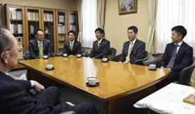 来季のJ2復帰などを報告した栃木SCの橋本社長(右)ら=下野新聞社