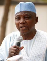 16日、ナイジェリアのダウラで、大統領選延期を巡り記者会見するブハリ大統領の報道官(ロイター=共同)