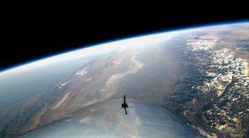 飛行する宇宙船「スペースシップ2」からの眺め=13日(ヴァージンギャラクティック提供・共同)