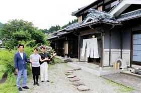 古民家ゲストハウス「星と風の庭」と、運営するデザインクラブの関係者ら=神河町南小田