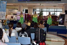 フラダンスなどが披露された、国民文化祭と障害者芸術・文化祭のPRイベント=18日午後、宮崎市・宮崎ブーゲンビリア空港