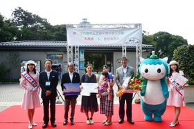 江の島サムエル・コッキング苑の1千万人目の入場者となった大澤さん(左から4人目)=藤沢市