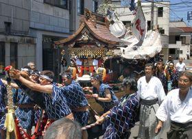 男衆が「よーよー」と掛け声を発しながら引き回す御神船「両宮丸」=20日、静岡県熱海市