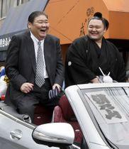 母校近畿大への凱旋パレードで笑顔を見せる師匠の高砂親方(左)と朝乃山関=18日、大阪府東大阪市